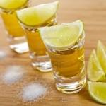 14161205-drei-sch-sse-von-tequila-mit-kalk-und-salz